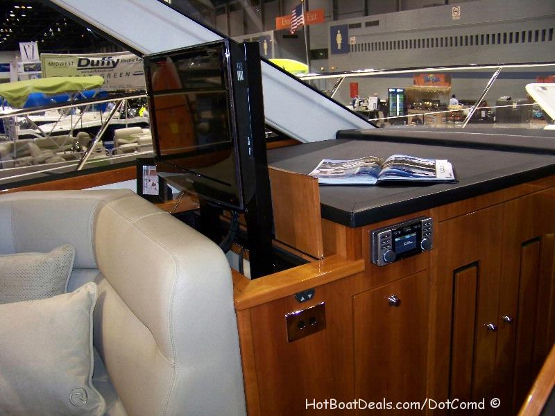 Riviera 4400 Sport yacht Entertainment TV Screen - Retractable
